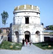 1. Mausoleul lui Teodoric din Ravenna este singurul exemplu rămas de arhitectură ostrogotă