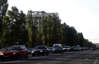 Întreg bulevardul Mamaia, plin de turiştii care vor să plece acasă