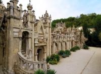 L-a construit singur, în 30 ani: Palatul Ideal, proiectul ambițios al unui poștaș francez