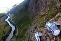 Capsule transparente, agățate de stâncă: locuri de cazare în Peru, pentru curajoși (FOTO)