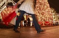 Românii dau cei mai mulți bani pe cadourile de sub brad: peste o treime din salariu