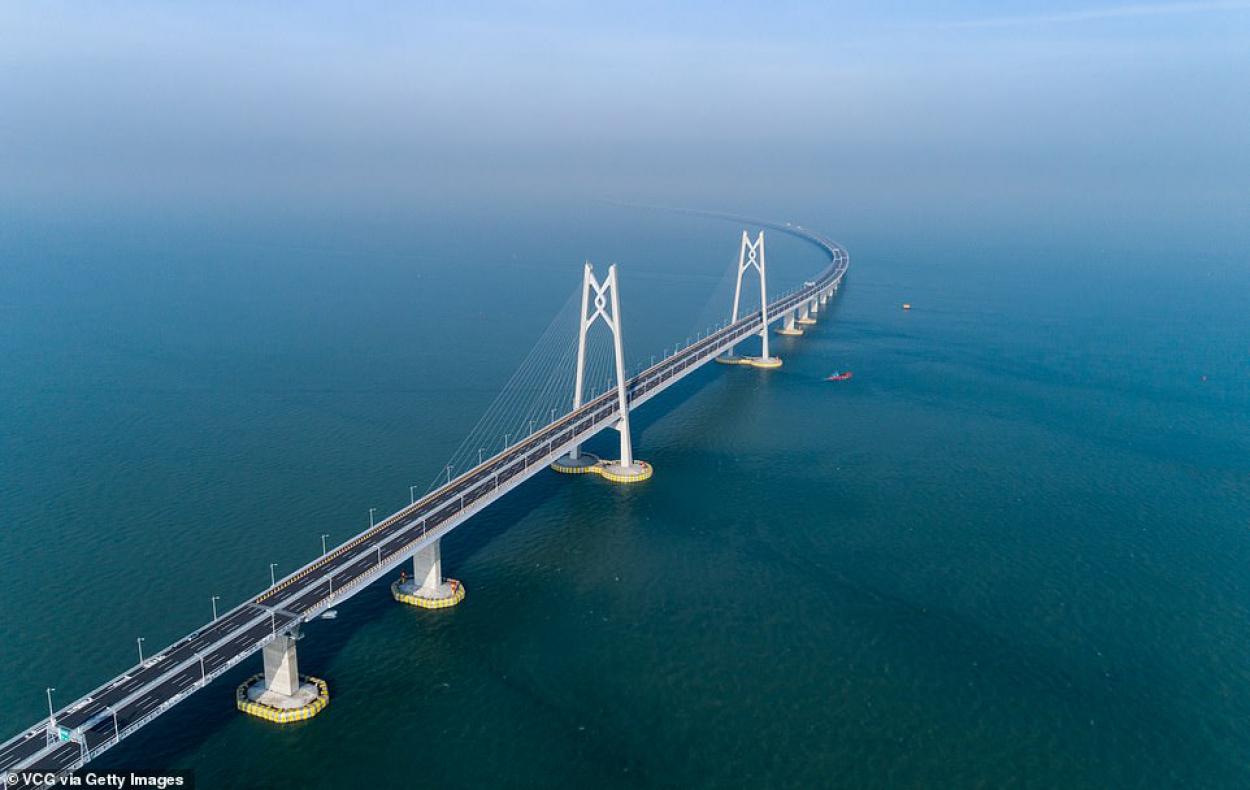 sursa foto: https:/www.dailymail.co.uk/news/article-6302317/Hong-Kong-Zhuhai-Macau-Bridge-Worlds-longest-sea-crossing-open-week-China.html