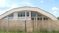 sursa foto: https:/www.digi24.ro/stiri/economie/bani-afaceri/proiect-inedit-pe-piata-imobiliara-din-romania-cum-arata-primul-cartier-de-bordeie-1149057